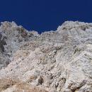 Čez te skale pelje pot od Planike proti Triglavski škrbini