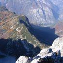 Tam spodaj sva začela... Pogled z vrha proti Trenti; spredaj v soncu greben Plaskega Vršac