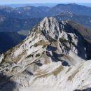 Pogled iz stene proti Veliki Babi, Ledinskemu vrhu, Storžku in Jezerskemu sedlu