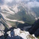 Globok pogled z vrha Na Pečeh v krnico Pod Srcem
