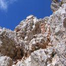 Rdeč kamin na začetku vzpona na Rogljico