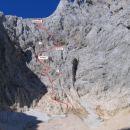 Stena z vrisano približno smerjo najinega vzpona (? pomenita na videz mogoči, a nepreverje