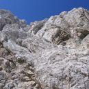 V steni (za robom, ki poteka poševno od desne proti levi navzgor, se skriva