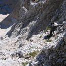V akciji v zgornjem delu stene, malo pod plitvim žlebom ob omenjenem skalnem izrastku