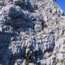 V akciji v spodnjem delu najstrmejšega odseka, kjer plezamo desno od grebena