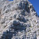 Najtežji del grebena (spodaj plezamo po desni, pod vršnim delom pa prečimo po polici v lev