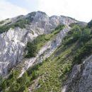 Le še ena grapa (čisto desno) nas loči od prijaznih trav, ki vodijo na greben