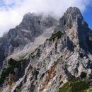 Kukova špica se je skrila v oblake, tako da je drzen stolp Vrha nad Mužici začasno pridobi