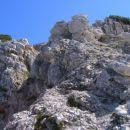Greben proti vrhu Vrtaškega Slemena je na začetku še skalnat