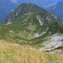 Pogled z vrha proti Njivicam in Vrtaškemu vrhu; na levi je tudi viden začetek dolinice, po