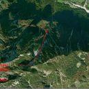 Zračni posnetek (Google Earth) terena z vrisano smerjo poteka sestopne dolinice (črta se k