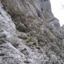 Za robom prečimo čez bolj razčlenjeno in manj izpostavljeno skalovje