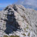 Pogled proti V Koncu špici z grebena proti Kotovi špici; na desni se vidi tudi Vevnica