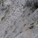 Drugi del prečke čez gladko in izpostavljeno steno nad grapo; na najbolj kritičnem mestu n