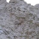 Na desni je vidna grapa med V Koncu špico in Kotovo špico, ki jo pot doseže s prečko z lev
