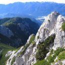 Pogled nazaj na močno poraščen greben, po katerem sva prišla; desno predvrh Ablance, ki ga
