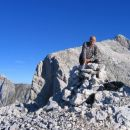 Na vrhu Velikega Ozebnika, v ozadju Jalovec in čisto na levi Mangrt