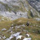 Vzpon po strmem travnatem hrbtu proti vrhu Moreža