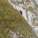 Strme in izpostavljene trave na prehodu iz spodnje v zgornjo gruščnato kotanjo