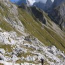 Prečenje pod grebenom Loške stene proti Morežu; zadaj se vidi sedlo Čez Brežice