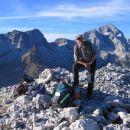 Na vrhu Trentskega Pelca, v ozadju izstopata Pelc nad Klonicami in Jalovec