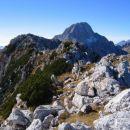 Zadnji metri pred vrhom Srebrnjaka; zadaj Bavški Grintavec