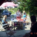 Moja porodica Lijevo moja sestra Melisa sjedi, U sredini Aida zena mog bruder-a , desno
