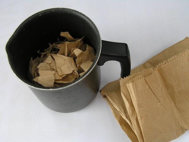 Material: papirnata vrečka za kruh (bistveno boljša kot kuhinjske brisače, katerih vlakna