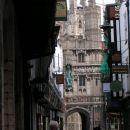 Pogled na katedralo skozi staro ulico