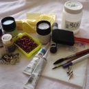 za začetek potrebujemo svileno ruto (najbolj primerna je svila PONGE 05),nekaj barv, belo