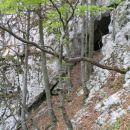Nadaljevanje po grebenčku kaže votline levo pod nami...
