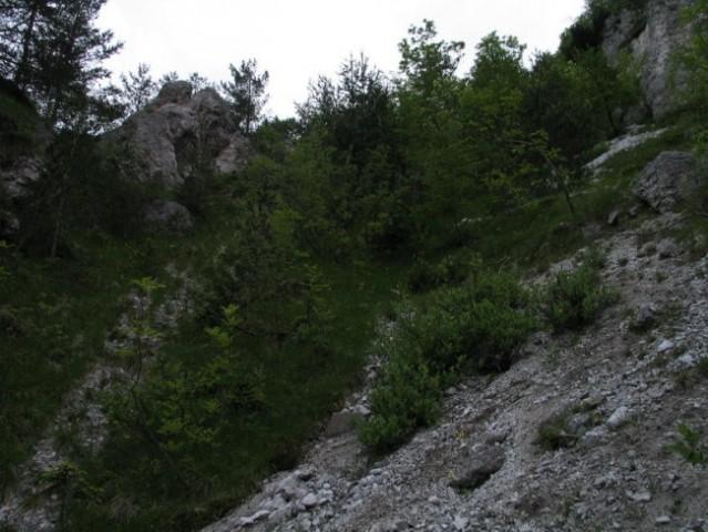 Nazaj gori ne bi našel... končni prehod je ob levi skali...