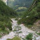 Navzdol... proti planini. Z dosego sten na desni prestopim v gozd. Naprej z 'rokami v žepi