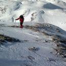 po grebenu je sneg spihan