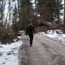 cesta je še ledena...