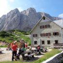 Zoisova koča na Kokrškem sedlu. Naš cilj je Kalška gora nad kočo.