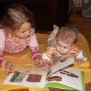 ...madinca, sestrica že zna tako lepo brati pravljice...