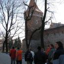 Stolp, del obzidja in naša ogledna grupa.