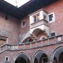 ->... najstarejša v srednji evropi je v Pragi. Tu se podeljujejo častni doktorati, ... ->