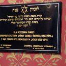 napisi v hebrejščini v sinagogi, kjer ni svetih podob