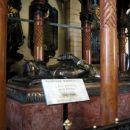 no pa še od blizu, k je pokopan v Wavelski katedrali.