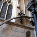 po legendi zmajev zob, ki je živel nekje v okolici gradu
