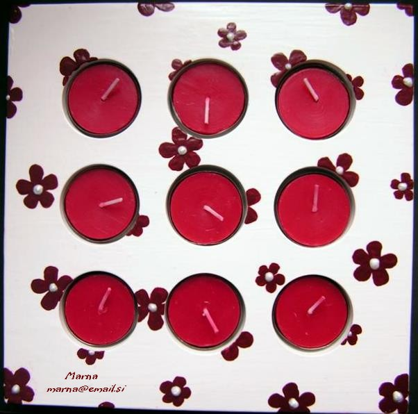Svečnik za 9 svečk za T&J(osnova je gips; barvano z belo Tempera barvo in bordo rdečo akri