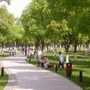 park ob jezeru,ki je velikosti Bohinja ali večji