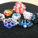 Različni modeli prstanov s perlami in Swarovski kamenčki.