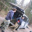 Striček pri avtomobilu nas je ustrezno opremil, da smo se lahko podili po poligonu :)