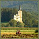 Lepa cerkvica in priden orač