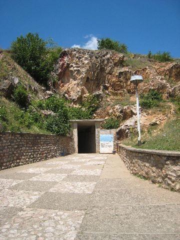 Vhod v jamo.  Napis ob vhodu prepoveduje dotikanje kamnin ter fotografiranje v jami (seved