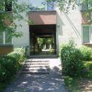 Moje stanovanje se začne na rašiški 16, tole je vhod obdan z zelenjem