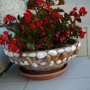 okrašena posoda za rože